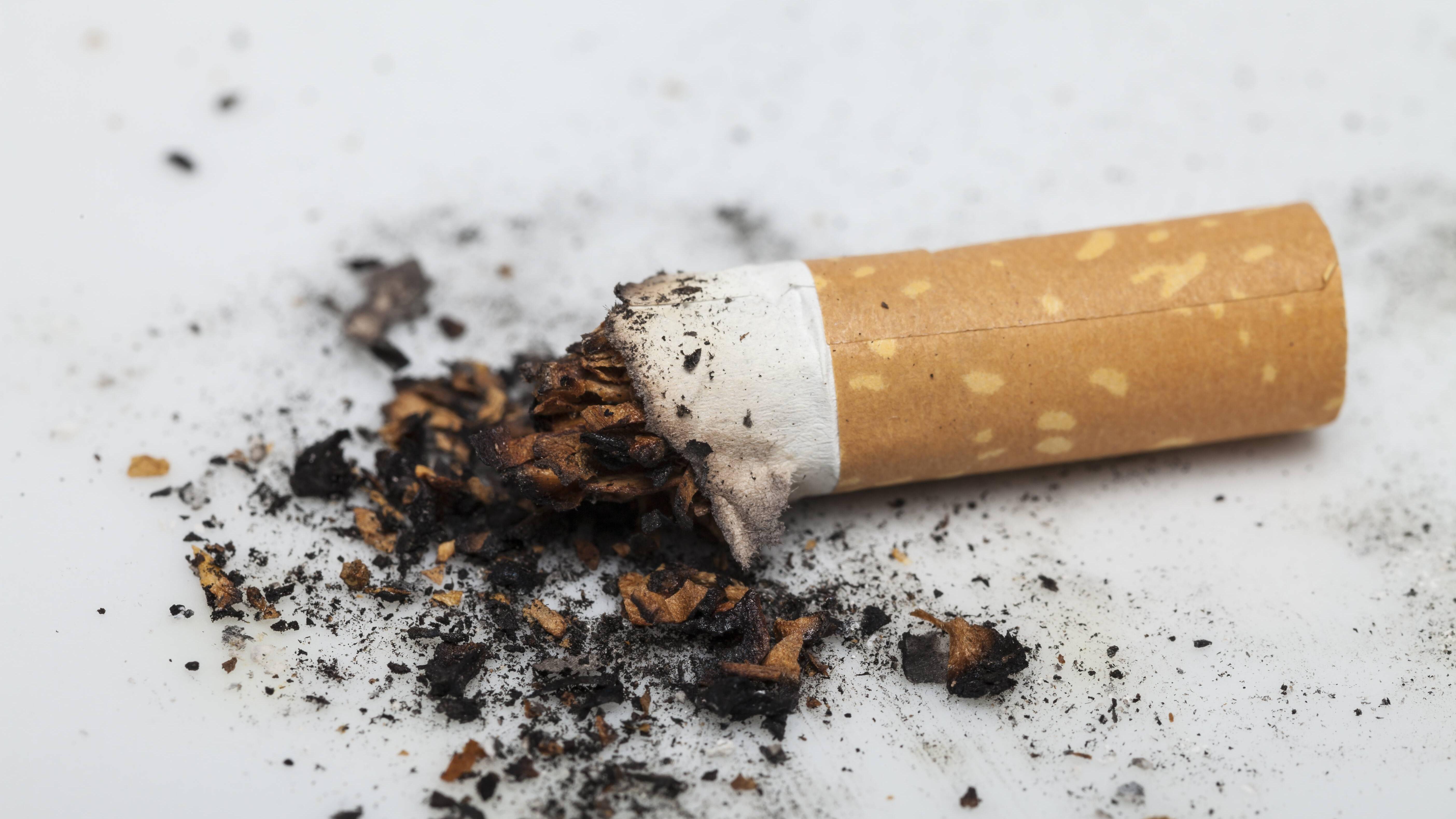 Nikotinflecken entfernen: Mit diesen Hausmitteln klappt's
