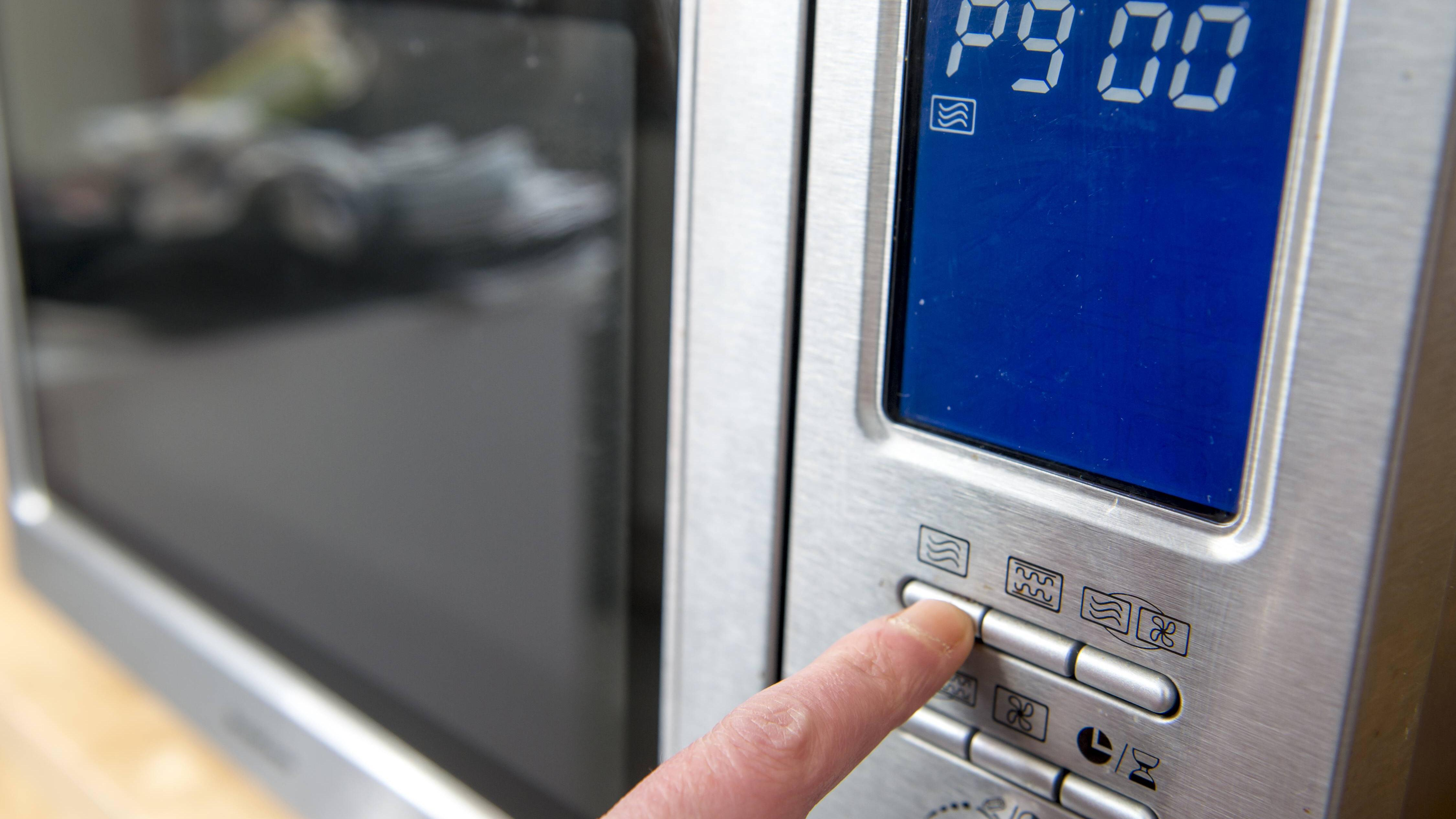 Mikrowelle mit Zitrone reinigen: So wenden Sie das Hausmittel an