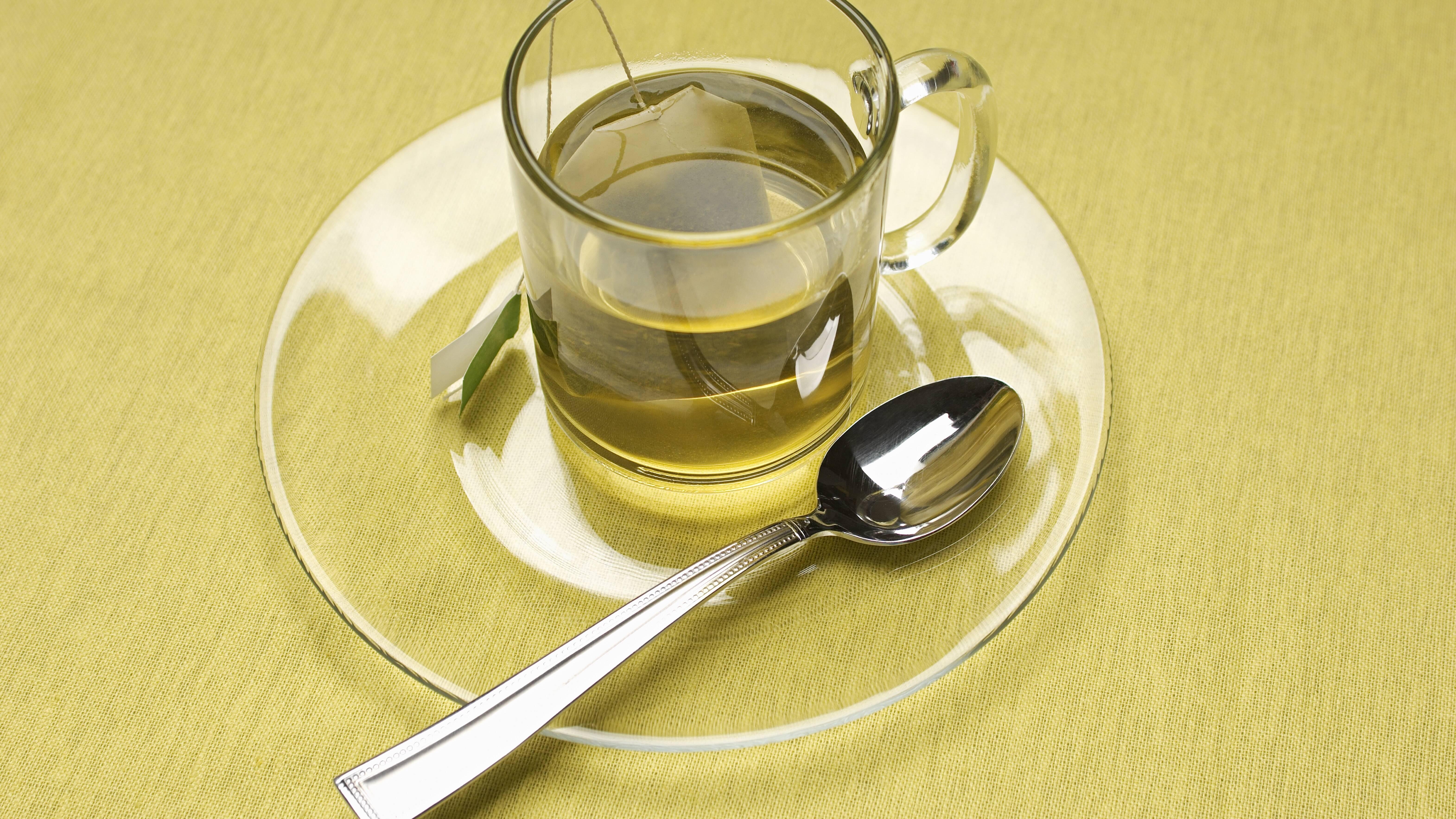 Teeflecken lassen sich mithilfe von Hausmitteln entfernen.