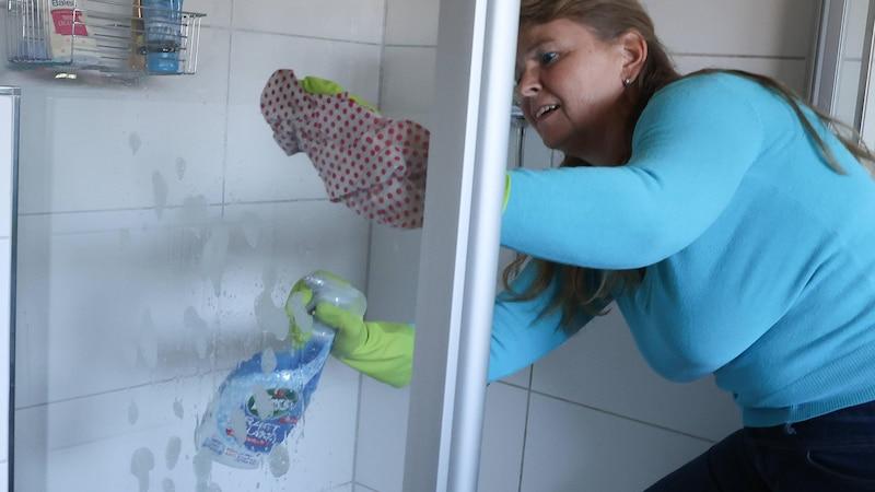 Putzen ist nicht schwierig, aber wer alleine wohnen will, sollte es vorher gelernt haben und sich daran gewöhnen.