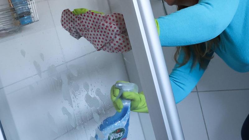 Reinigen Sie die Schiebetür Ihrer Duschkabine regelmäßig.