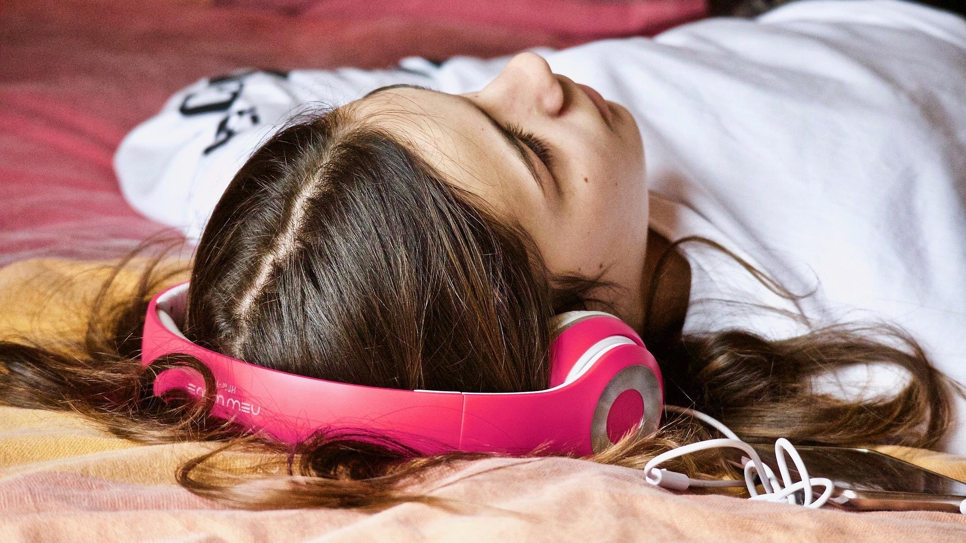 Entspannungsmusik hilft als Hausmittel zum Einschlafen.