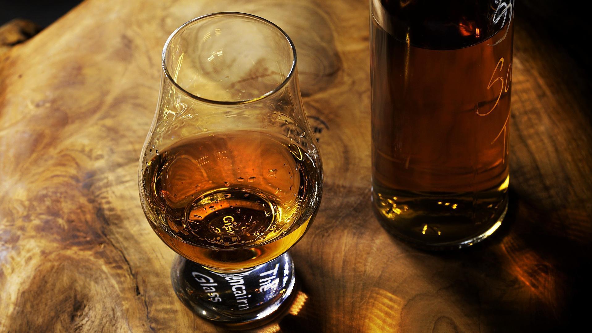 Rum richtig trinken - ob pur oder als Mixgetränk; Sie sollten immer auf die Qualität des Rums achten.