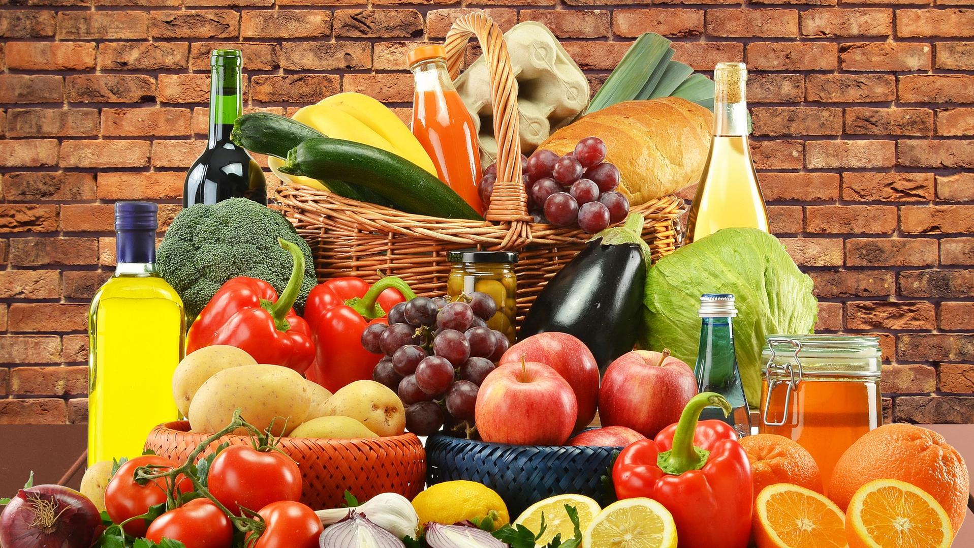Gesund einkaufen - frische und reine Produkte ins Körbchen legen
