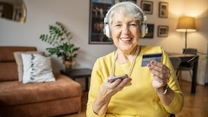 Auch mit einem Senioren-Smartphone ist Online-Shopping kein Problem.