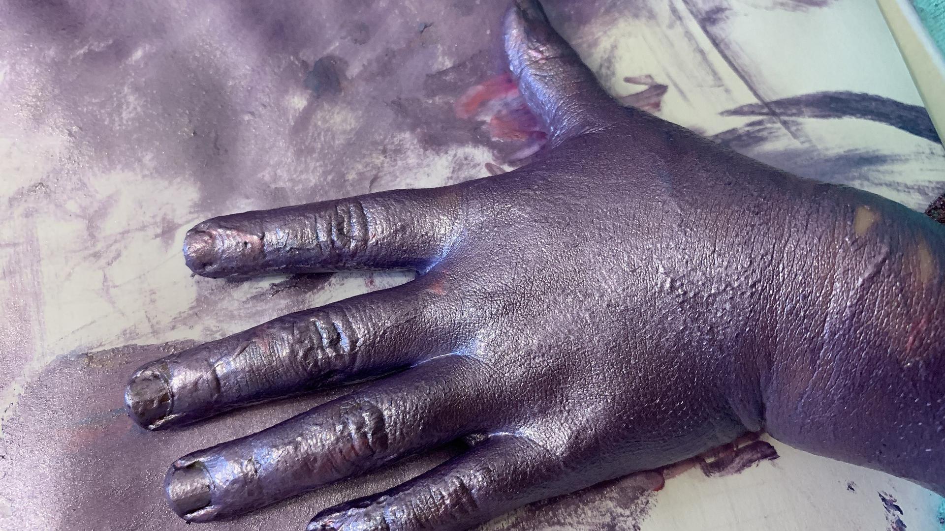 Mit Rasierschaum erschaffen Sie zum Malen eigene Fingerfarben.