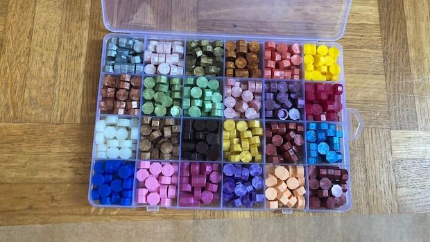 Wählen oder kombinieren Sie Farben für Ihr selbstgemachtes Wachssiegel.