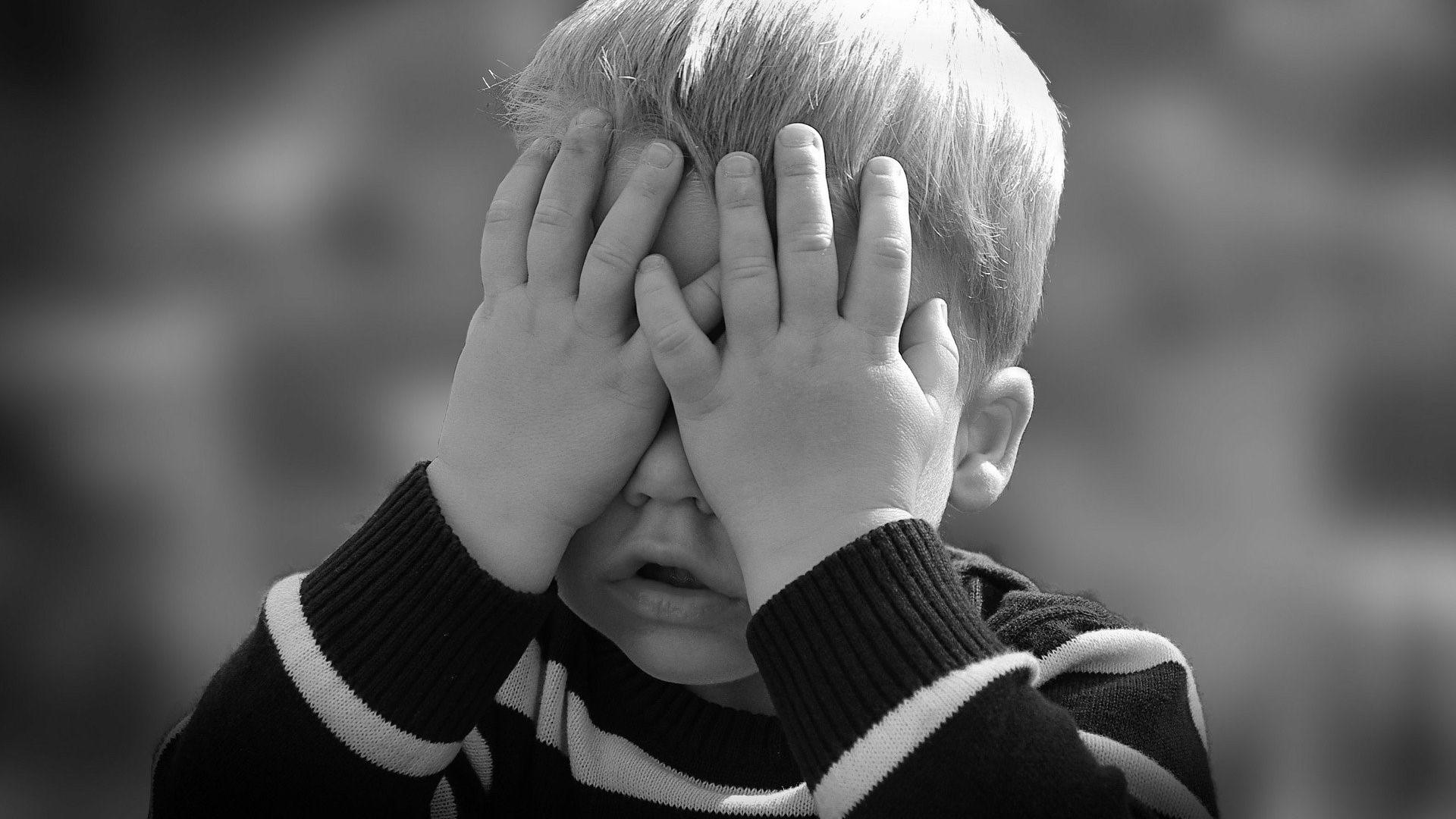 Kind schlägt sich selbst und tut sich weh - das können Sie tun.