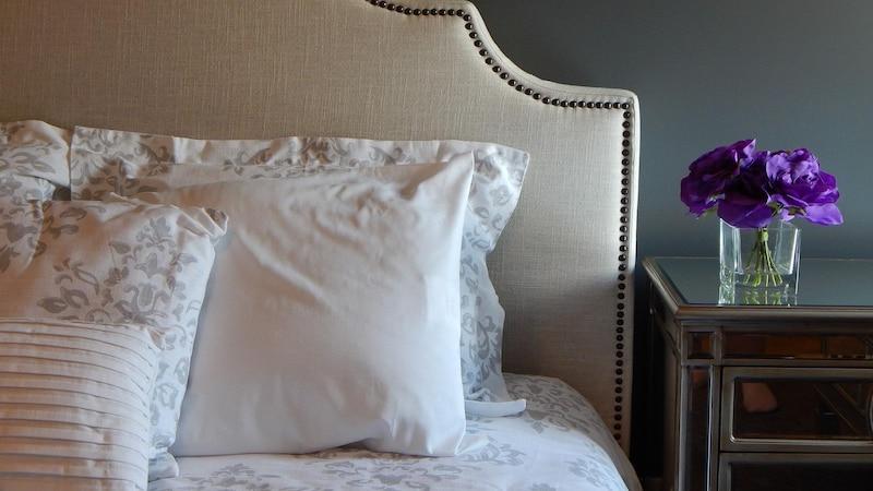 Beim Dekorieren Ihres Schlafzimmers steht das Bett im Mittelpunkt.