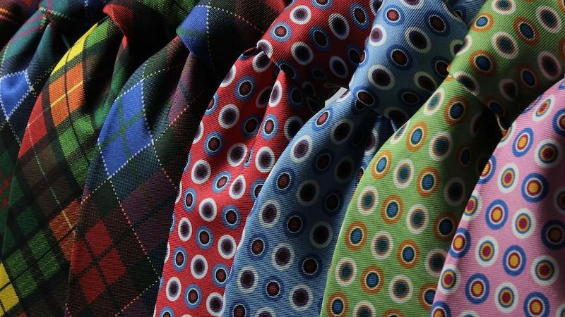 Krawatte richtig waschen und bügeln: So sollten Sie dabei vorgehen