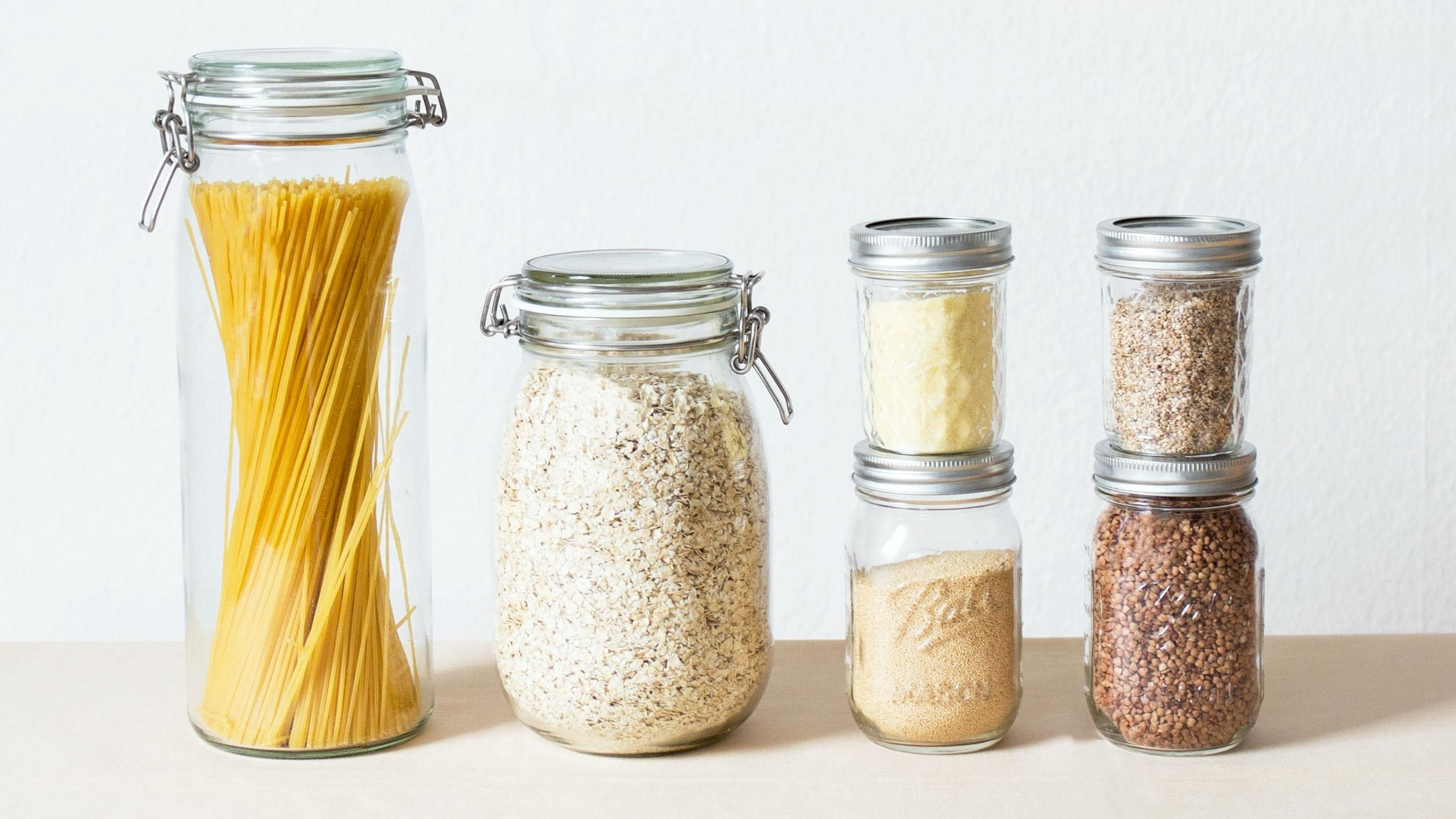 Nachhaltig kochen: In sogenannten Unverpackt-Läden können Sie sich die gewünschte Menge eines Produktes einfach in selbst mitgebrachte Behältnisse abfüllen lassen und auf umweltschädliche Plastikverpackungen verzichten.