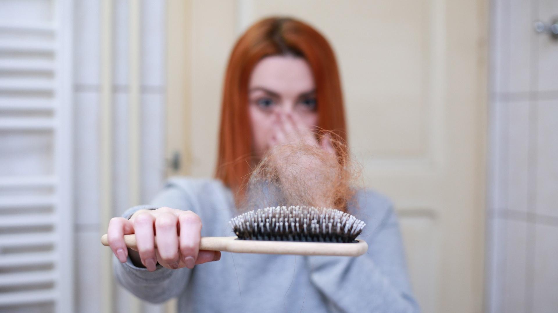 Haarausfall im Winter kann unter anderem an Vitamin-D-Mangel liegen.