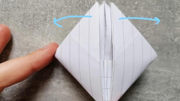 Im letzten Schritt ziehen Sie nun noch einmal das Konstrukt auseinander. Es kann sein, dass Sie hier das Innere mit den Fingern etwas festhalten müssen. Normal lässt sich aber die Schiffform an dieser Stelle bereits erahnen.