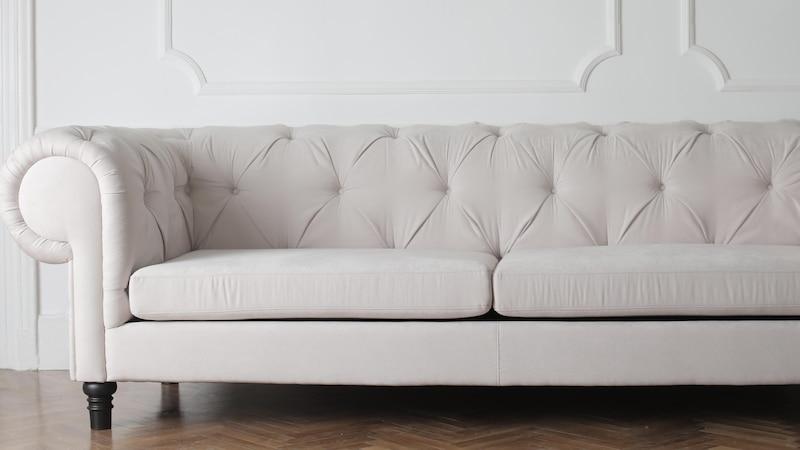 Sofa elektrisch aufgeladen: Ursachen und Tipps zur Vermeidung