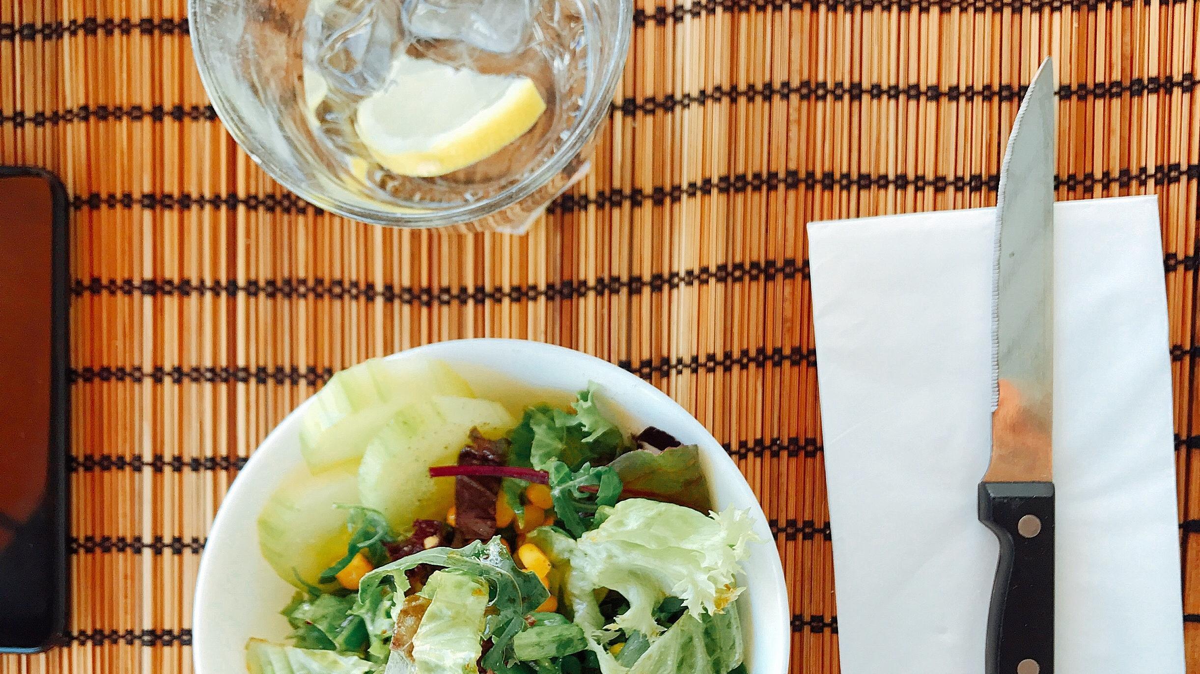 Der typische Speiseplan der 17-Tage-Diät: Zitronenwasser und Salat