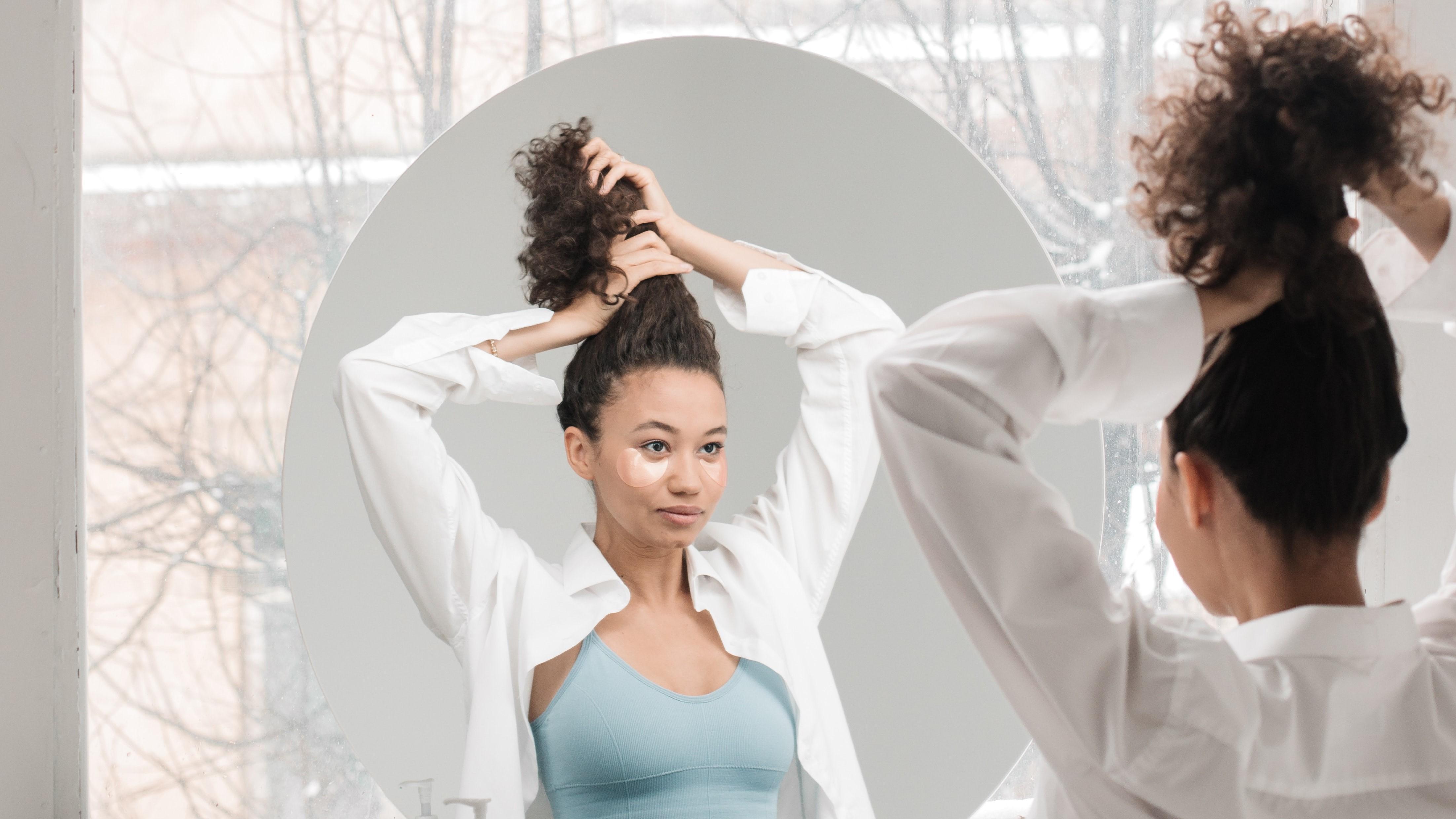 Für die Plopping Methode sollten Ihre Haare möglichst nach oben und in einen Turban gewickelt werden.