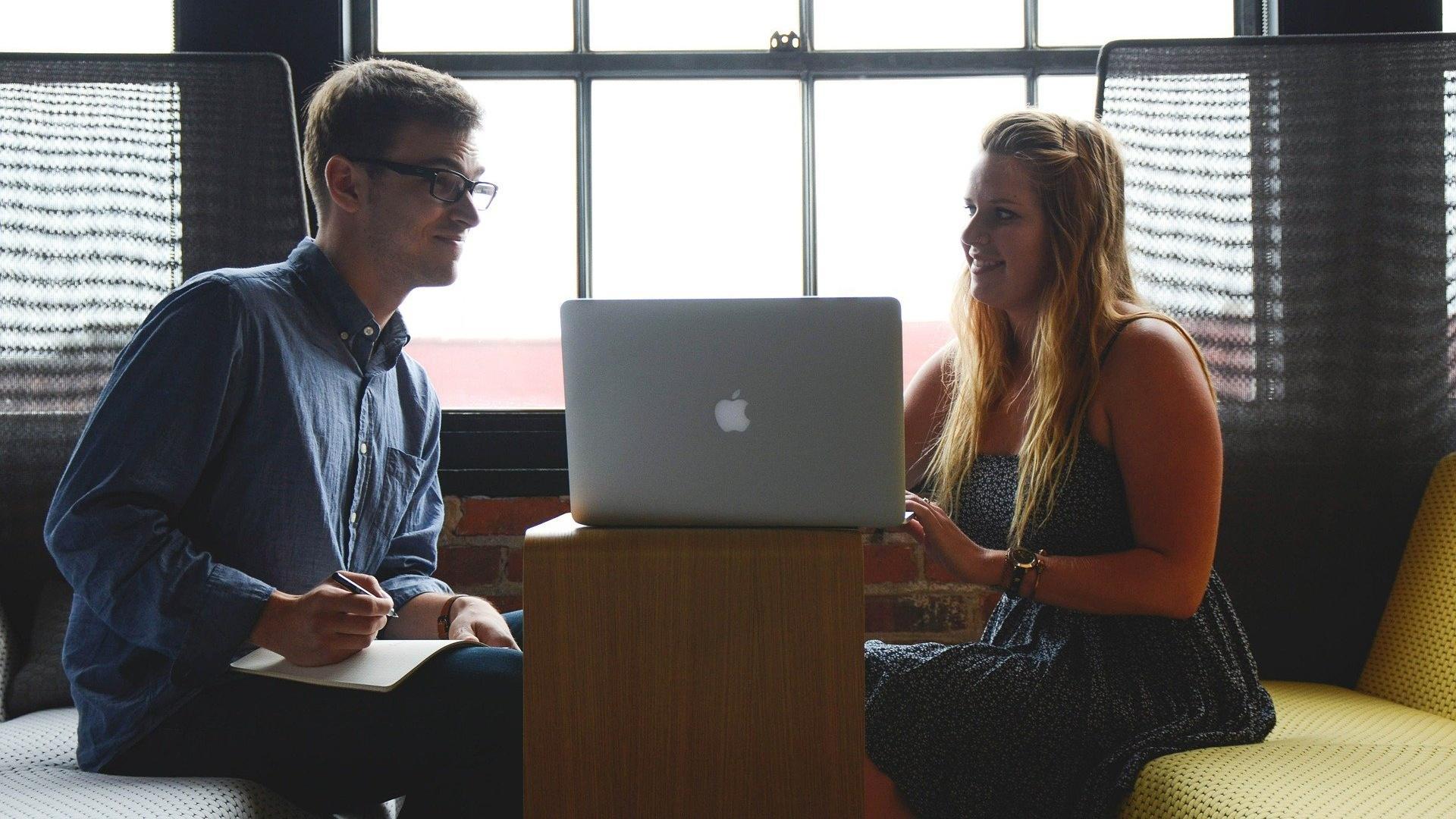 Wenn Sie in einen Kollegen verliebt sind, dann kann das Vorteile, aber auch Nachteile haben.