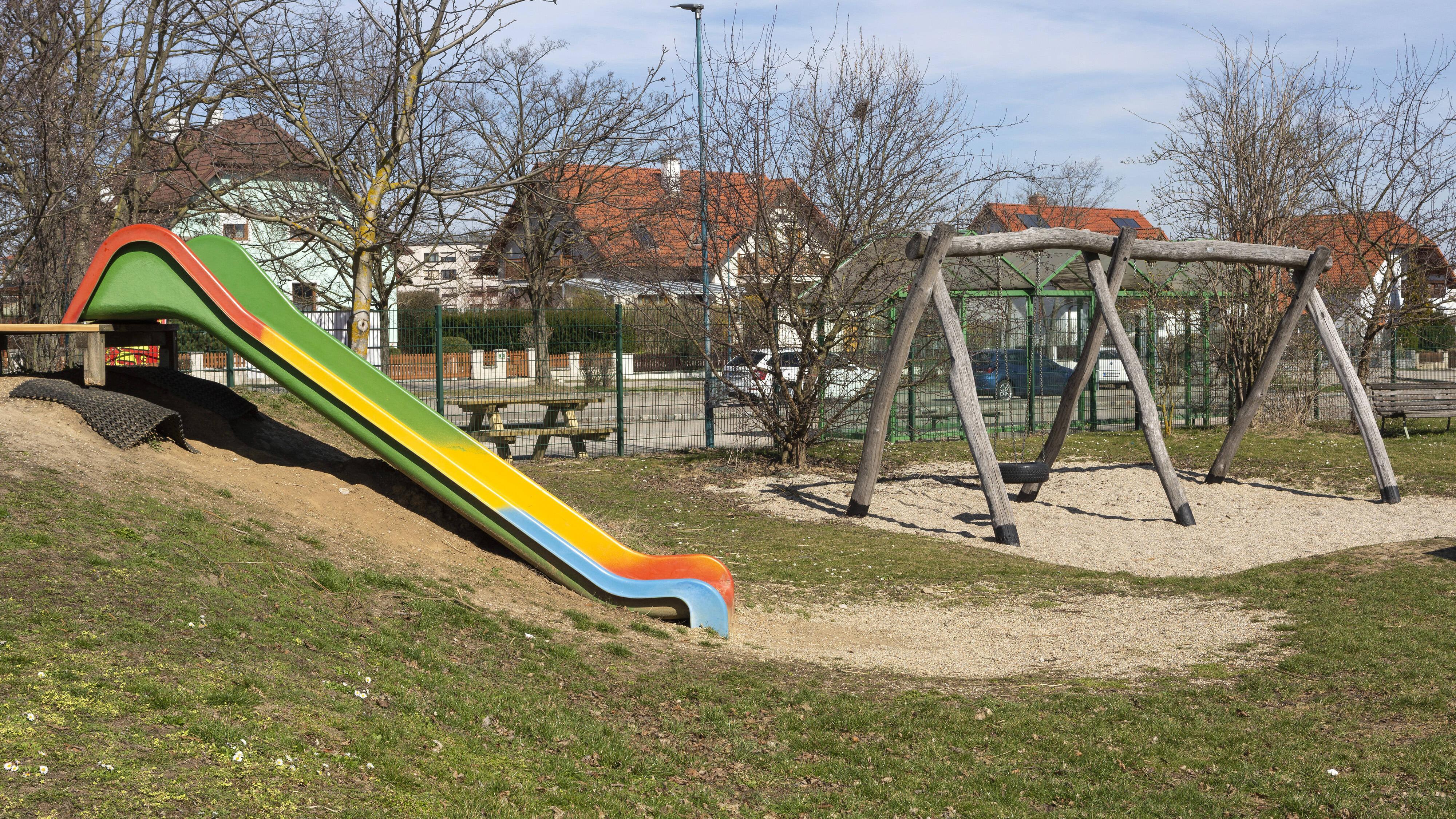 Auf einem Spielplatz können Dreijährige die meisten Spielgeräte allein benutzen.