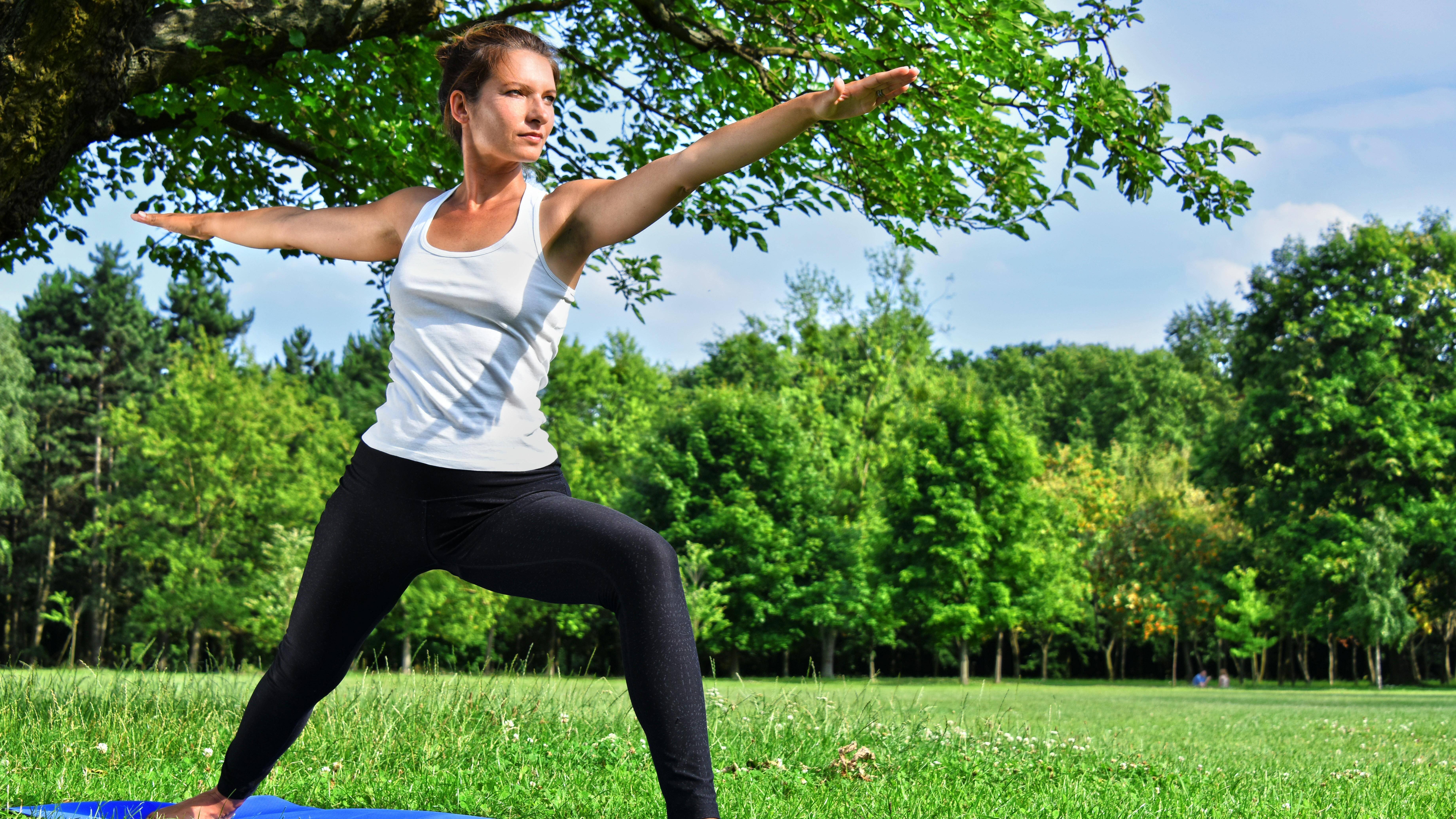 Yoga kann Ihnen dazu verhelfen, Stress zu vermindern und somit das Auftreten von Herzrasen vorzubeugen.