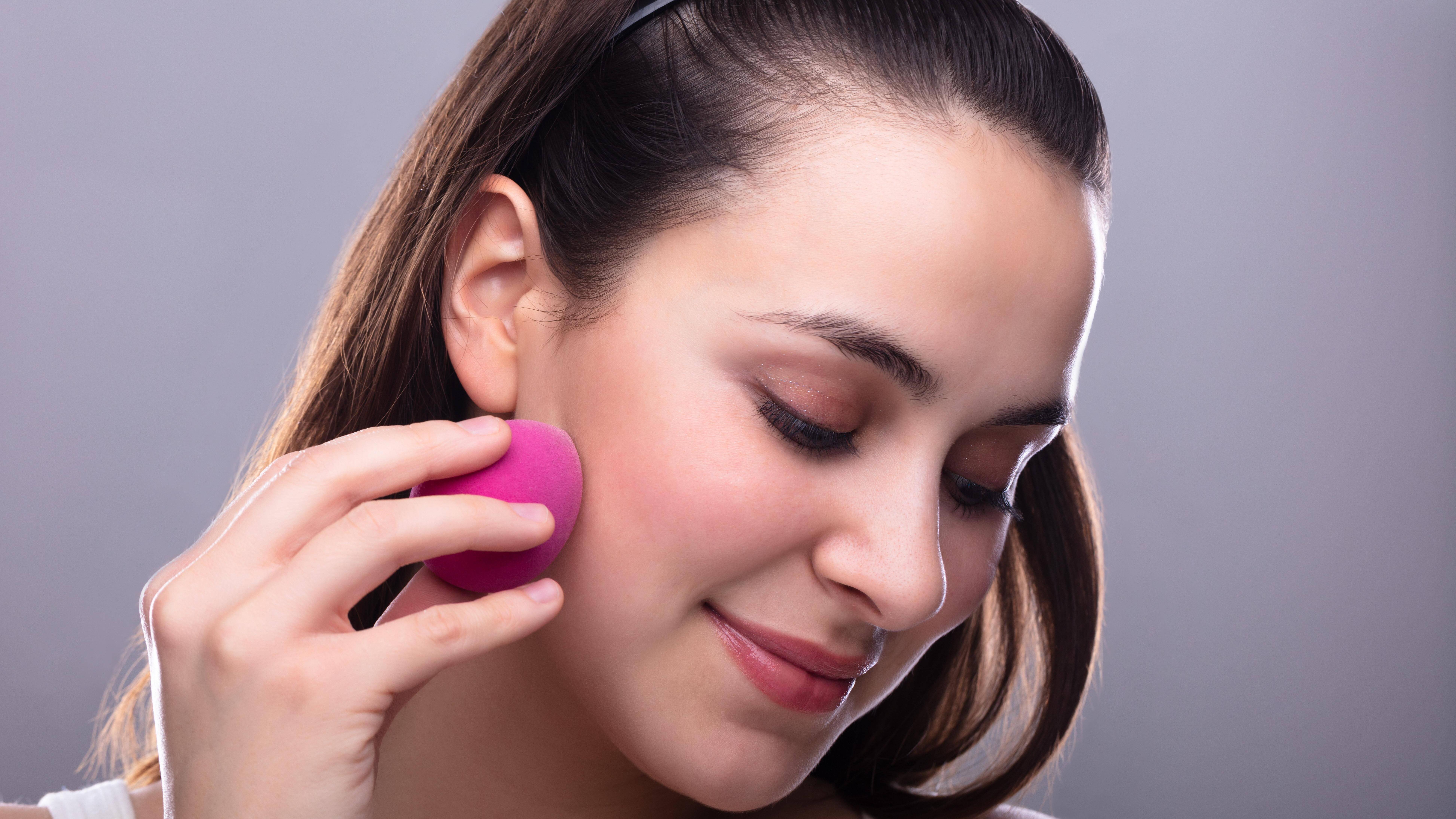 Make-Up können Sie richtig auftragen, indem Sie es mit einem Make-Up-Schwamm einarbeiten.