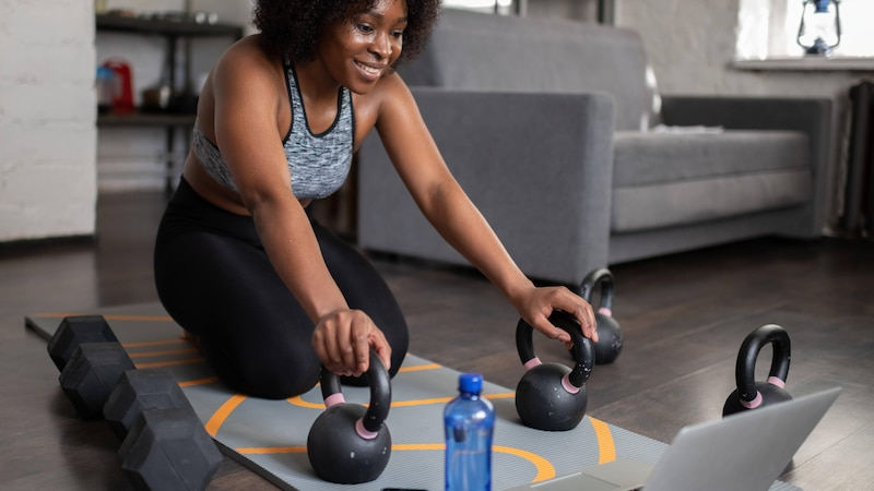 Sportkleidung an und ab vor den Laptop: So trainieren Sie online!