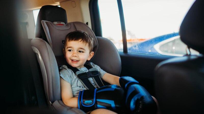 Ob ein Kindersitz oder eine Sitzerhöhung nötig sind, regelt die Straßenverkehrsordnung.