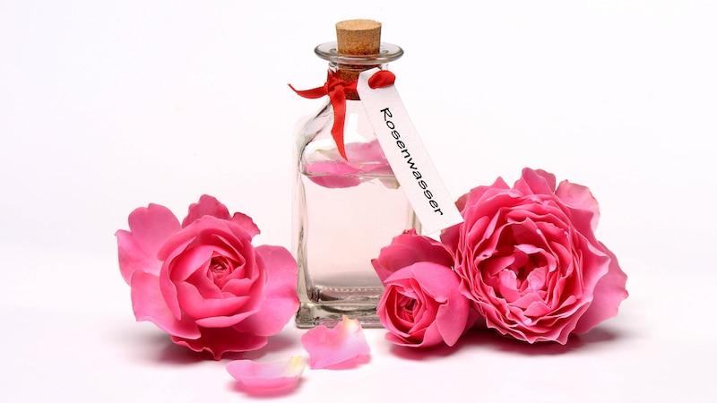 Rosenwasser für die Haare: Wirkung und Anwendung des Wundermittels