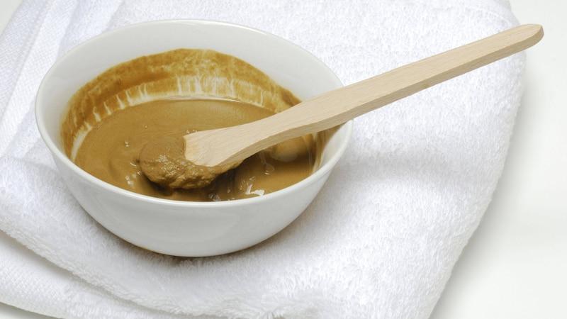 Was tun gegen Mitesser? Eine Gesichtsmaske mit Heilerde wirkt reinigend auf die Poren und kann die Entstehung von Komedonen vorbeugen.