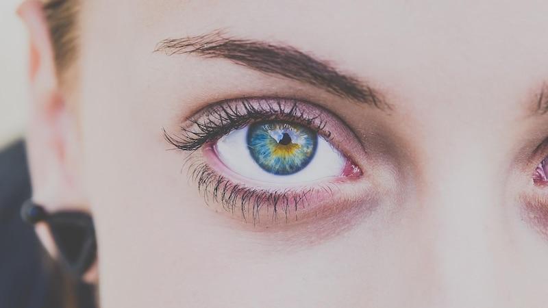 Augenbrauen tätowieren: Die Kosten erwarten Sie