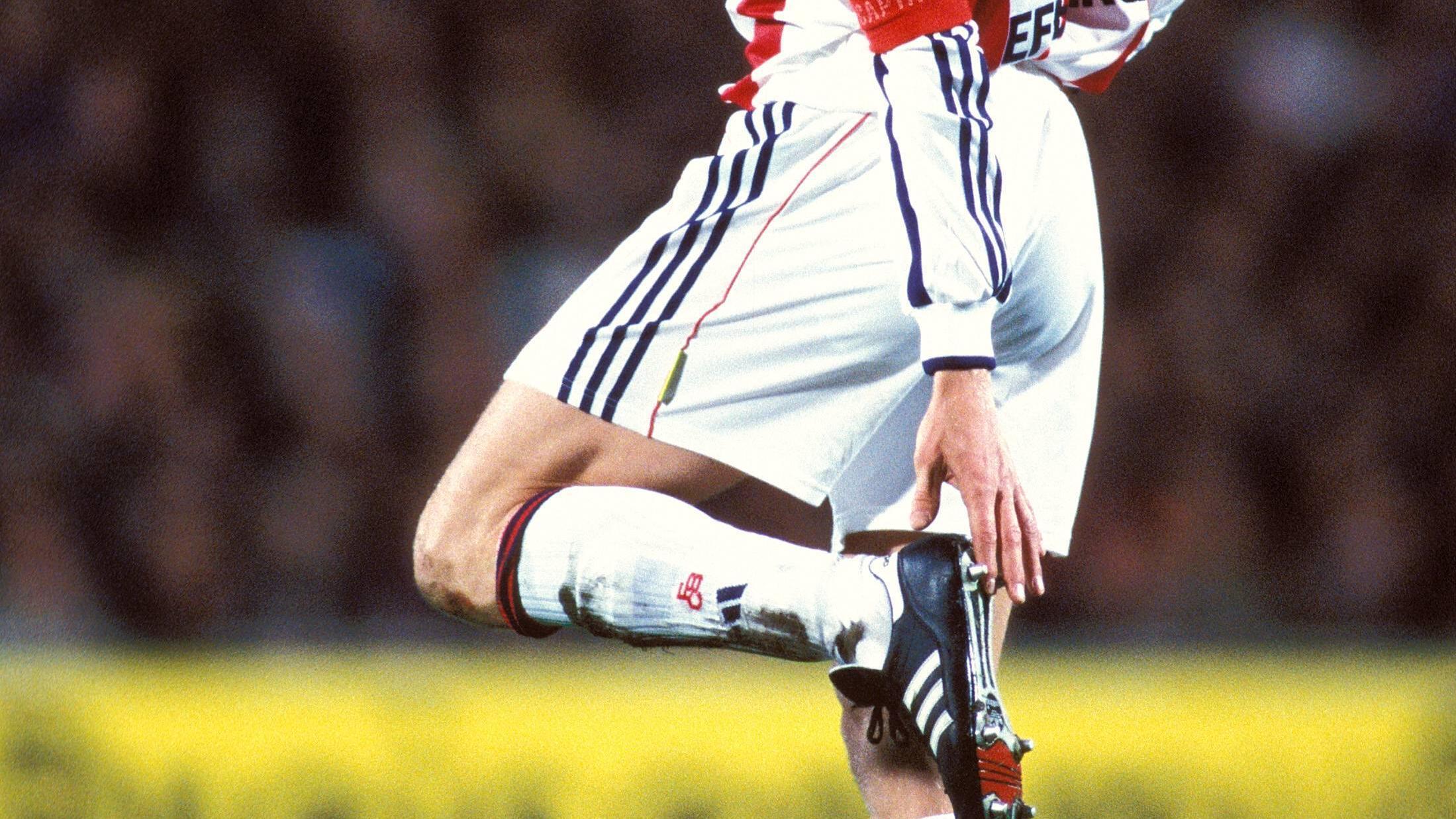 Um die Beine zu dehnen, können Sie die Fersen nacheinander hochziehen.
