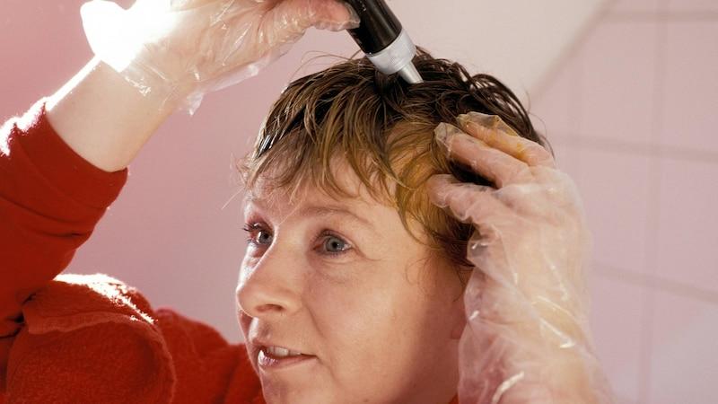 Wie oft Sie die Haare färben sollten, hängt unter anderem auch davon ab, wie schnell Ihre Haare wachsen.