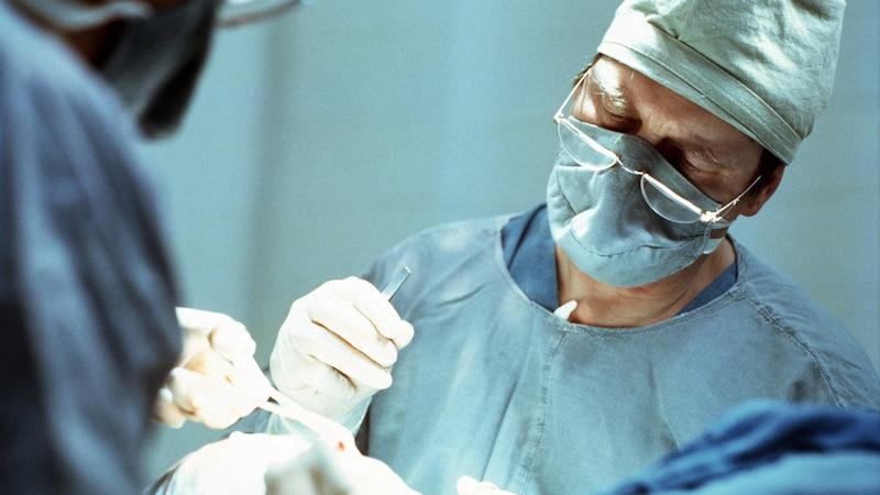 Ein beschnittener Penis ist eine Art, das männliche Geschlechtsorgan einzuordnen. Beschneidungen haben häufig medizinische Gründe.