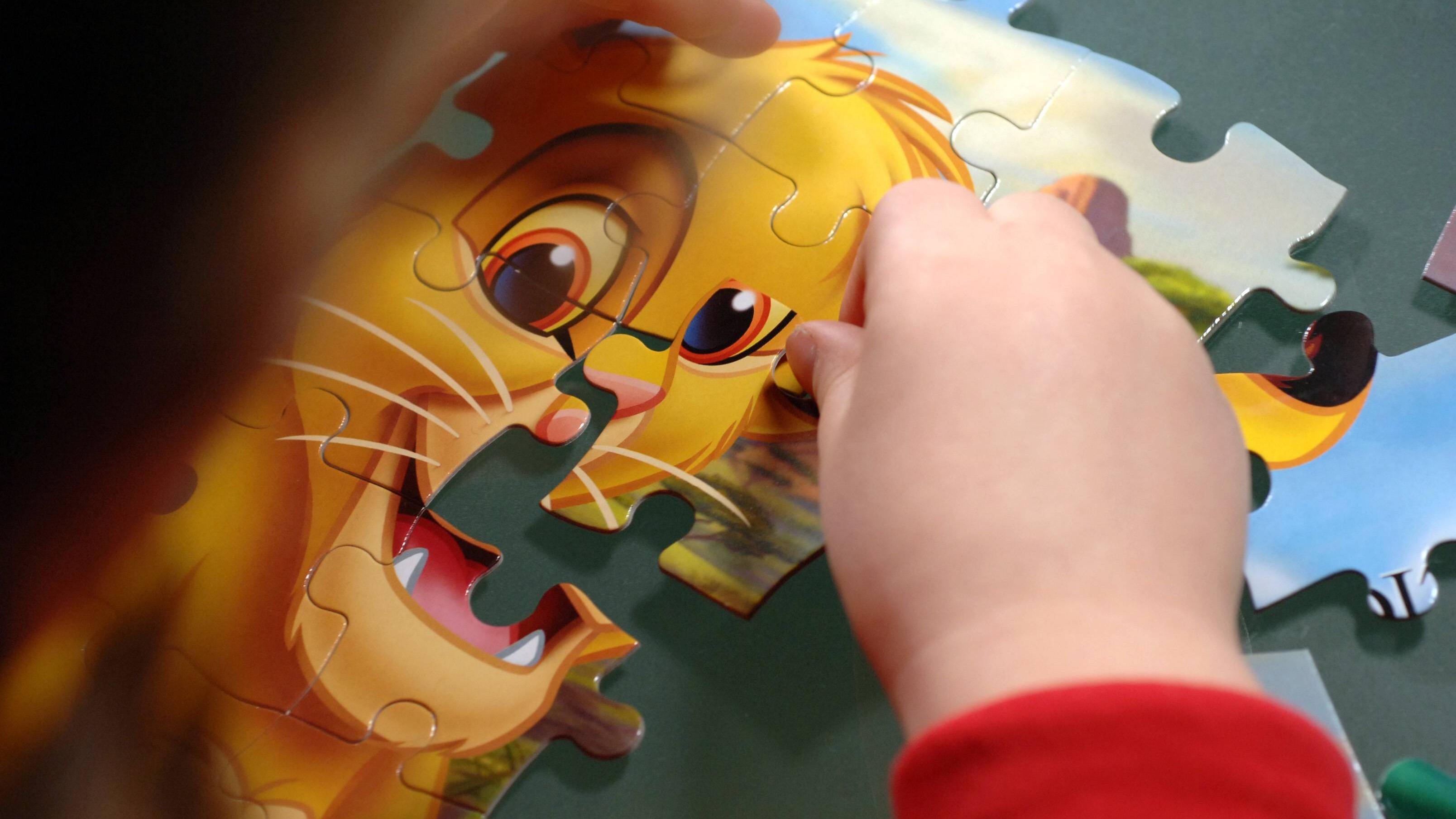 Dreijährige können leichte Puzzles alleine und etwas schwierigere mit Hilfe ihrer Eltern machen.