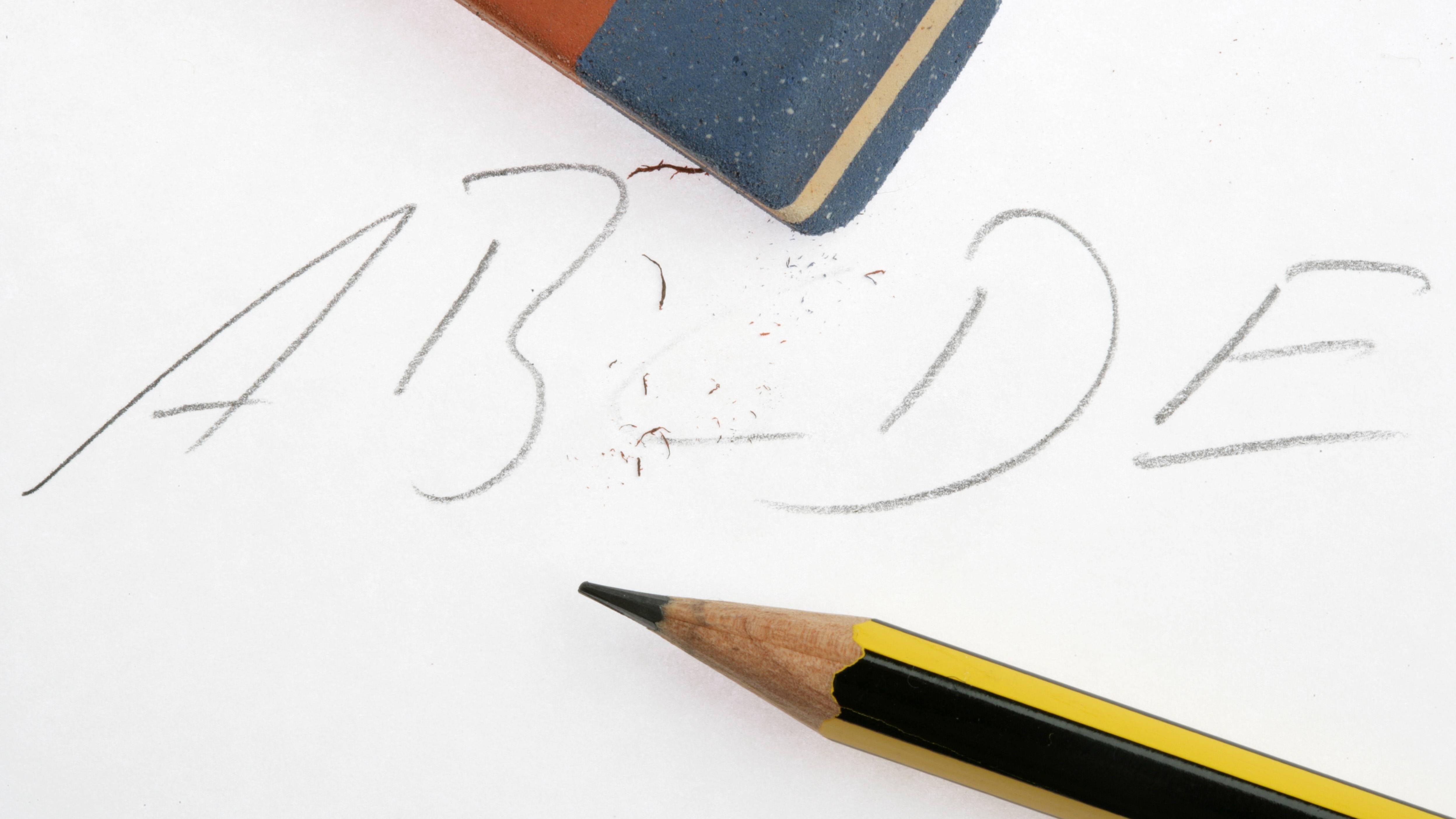 Bleistift entfernen Sie am besten mit einem Radiergummi.