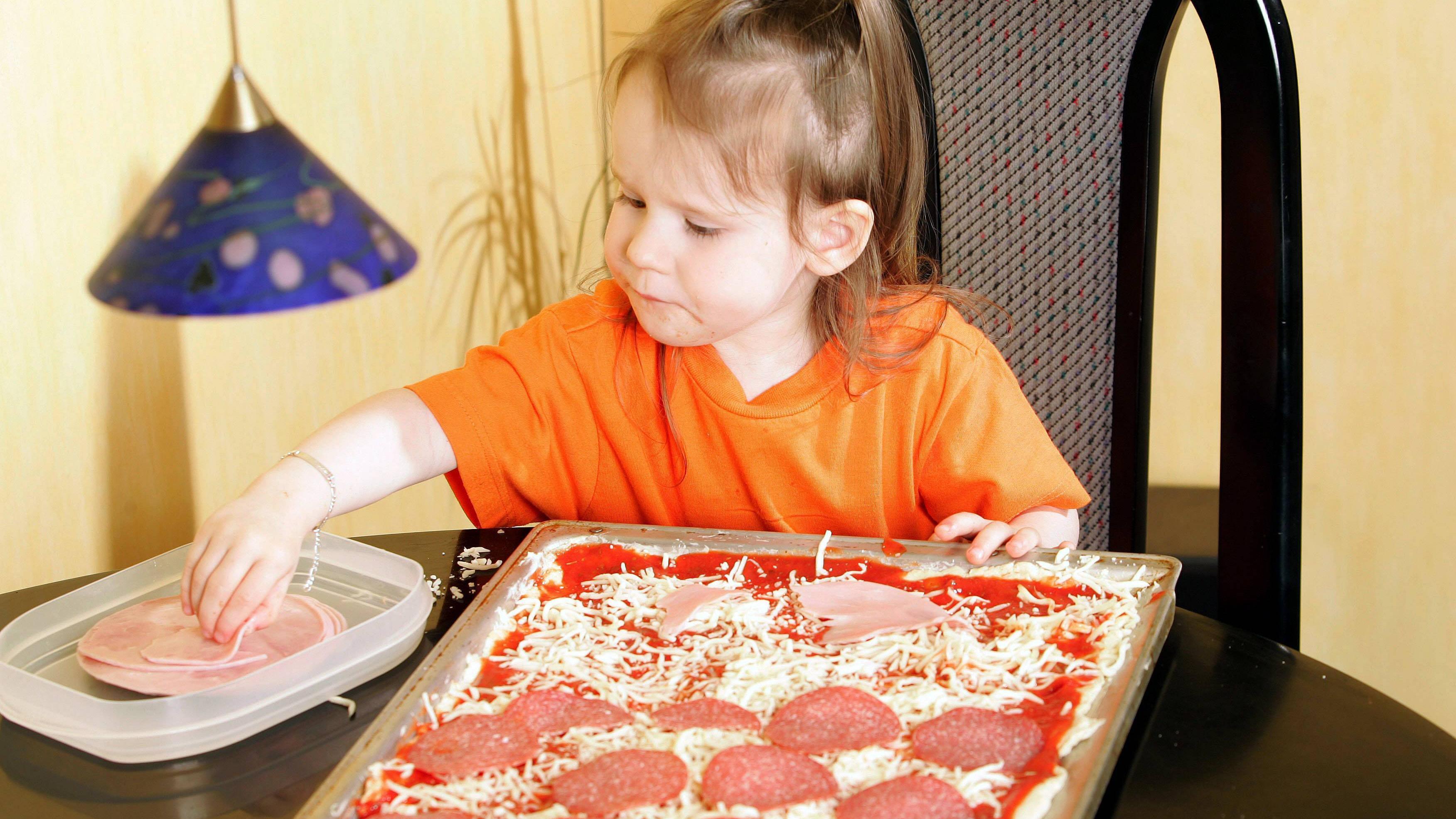 Salami ist für Kleinkinder ab 3 Jahren erlaubt, wenn sie vorher erhitzt wurde.