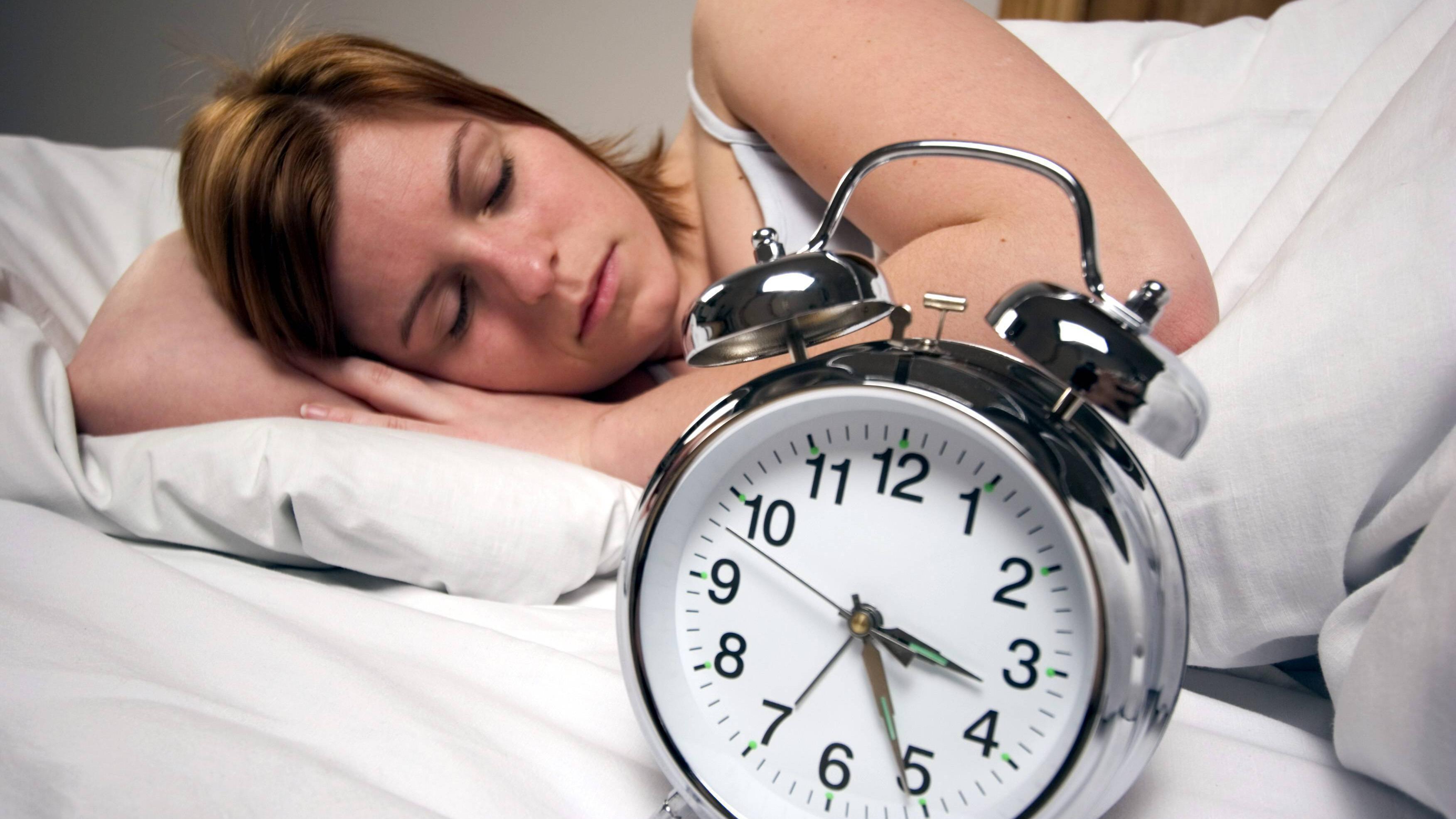 Schlafen Sie zu wenig, können sich bestimmte Hormone nachteilig auf das Abnehmen auswirken.