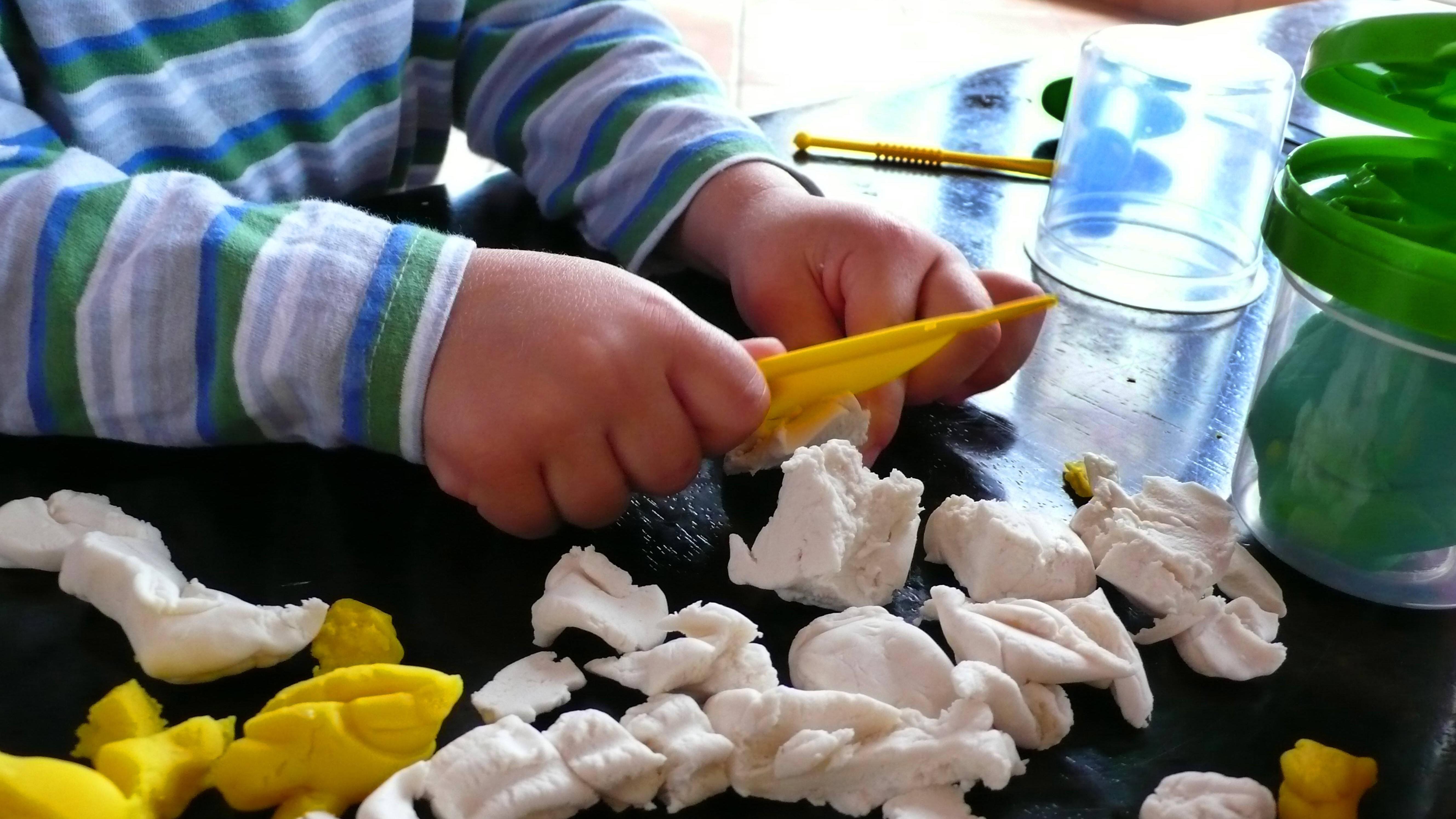 Mit Knete können Kinder bereits ab einem Alter von circa zwei Jahren spielen