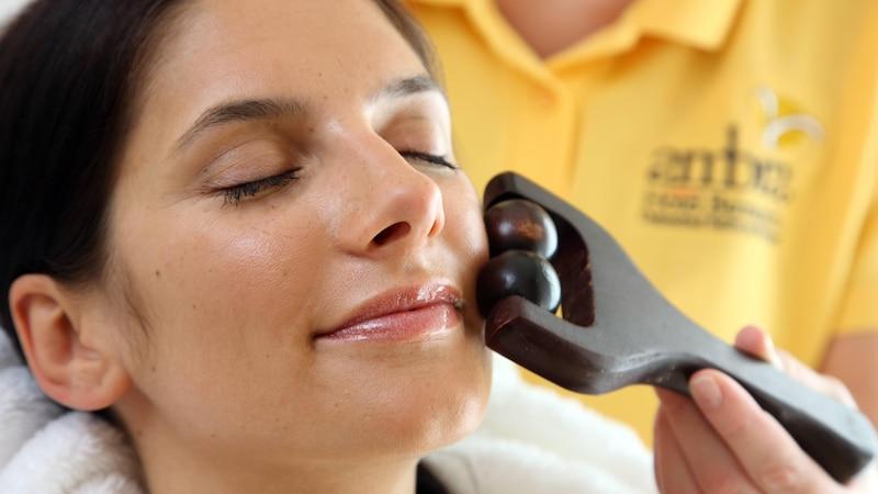 Nutzen Sie Steine oder Roller für die Massage im Gesicht.