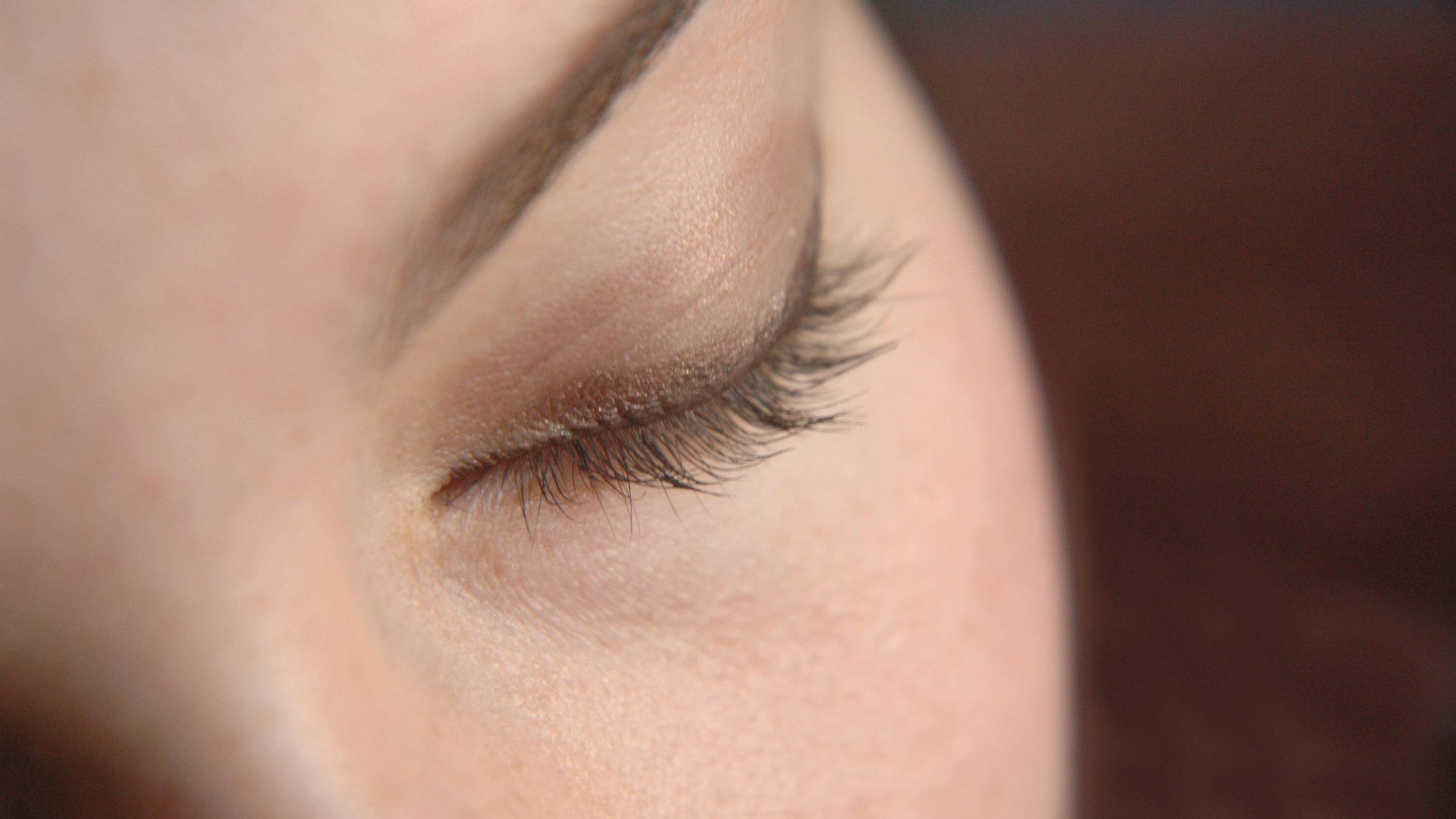 Ist Wimpernserum schädlich in der Schwangerschaft? Darauf sollten Sie achten