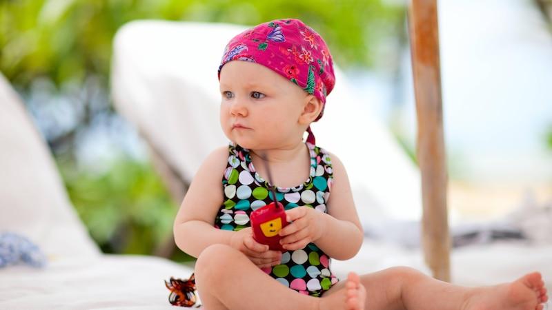 Die erste Reise mit Baby will gut geplant sein. Nur so können auch Eltern ihren wohlverdienten Urlaub genießen.