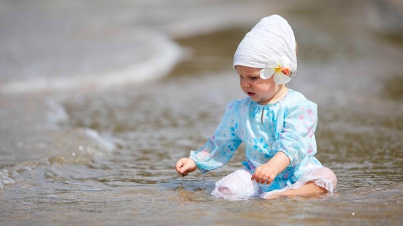 Besonders Babys und Kleinkinder sollten nach dem Essen 30 bis 60 Minuten warten, bevor sie schwimmen oder baden.