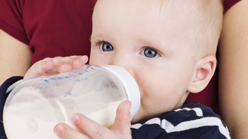 Baby an Flasche gewöhnen - so geht's