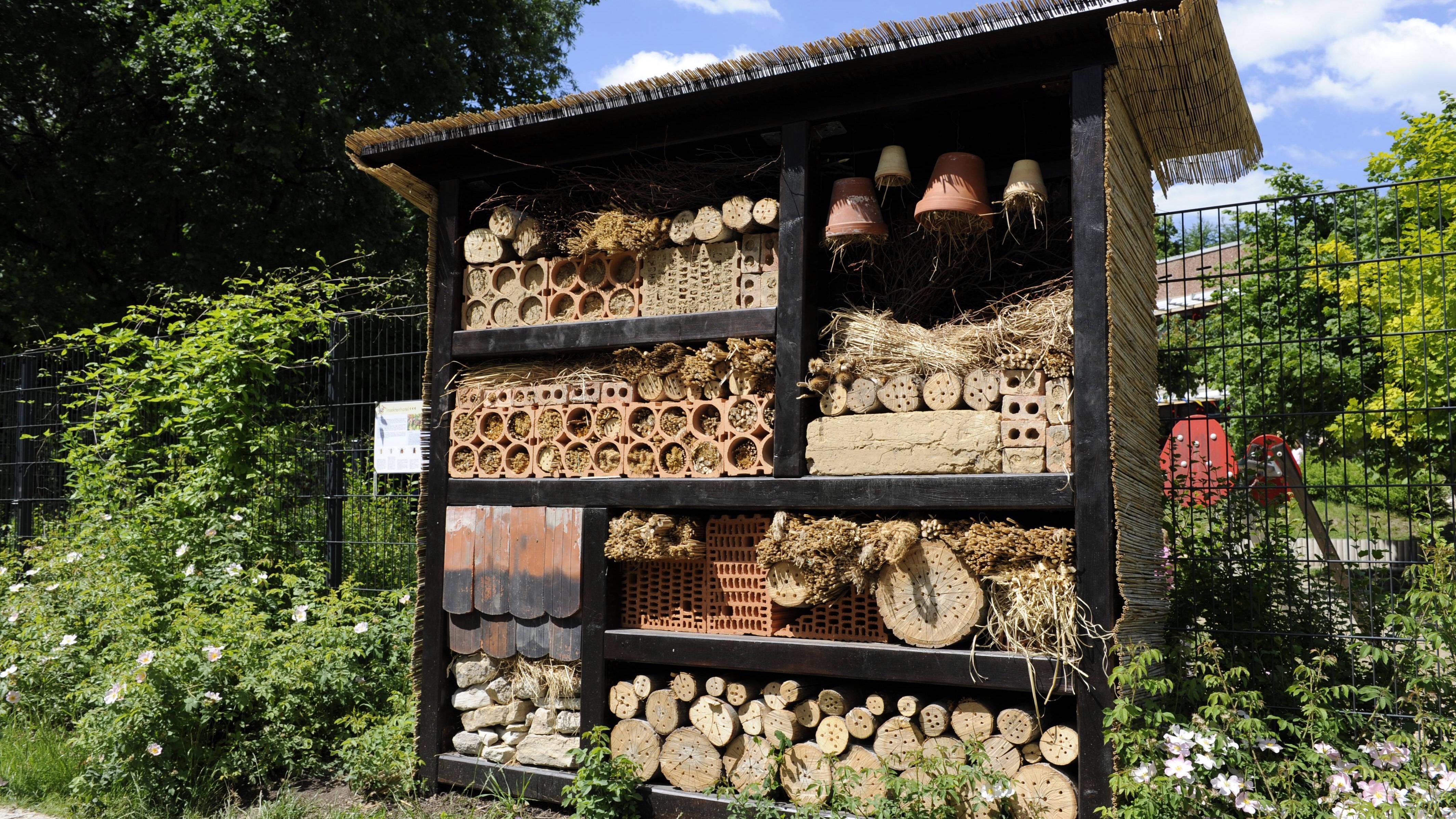 Wenn Sie ein Wildbienenhotel selber bauen, sollten Sie auf ungeeignete Materialien verzichten.