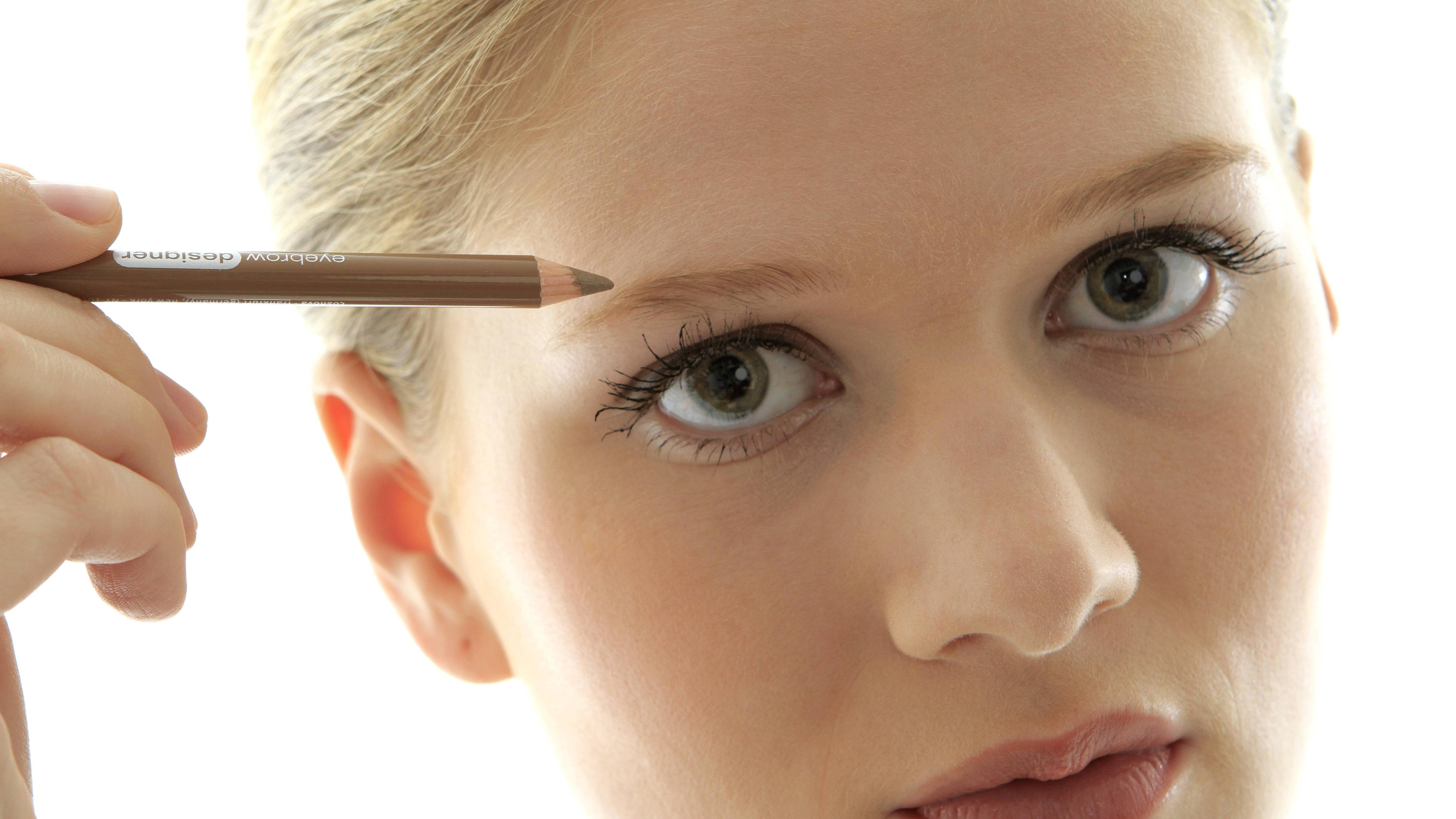 Möchten Sie Ihre Augenbrauen selber färben, dann achten Sie auf den richtigen Farbton.