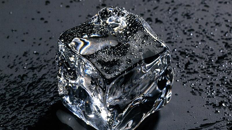 Eiswürfel helfen gegen entzündete Pickel.