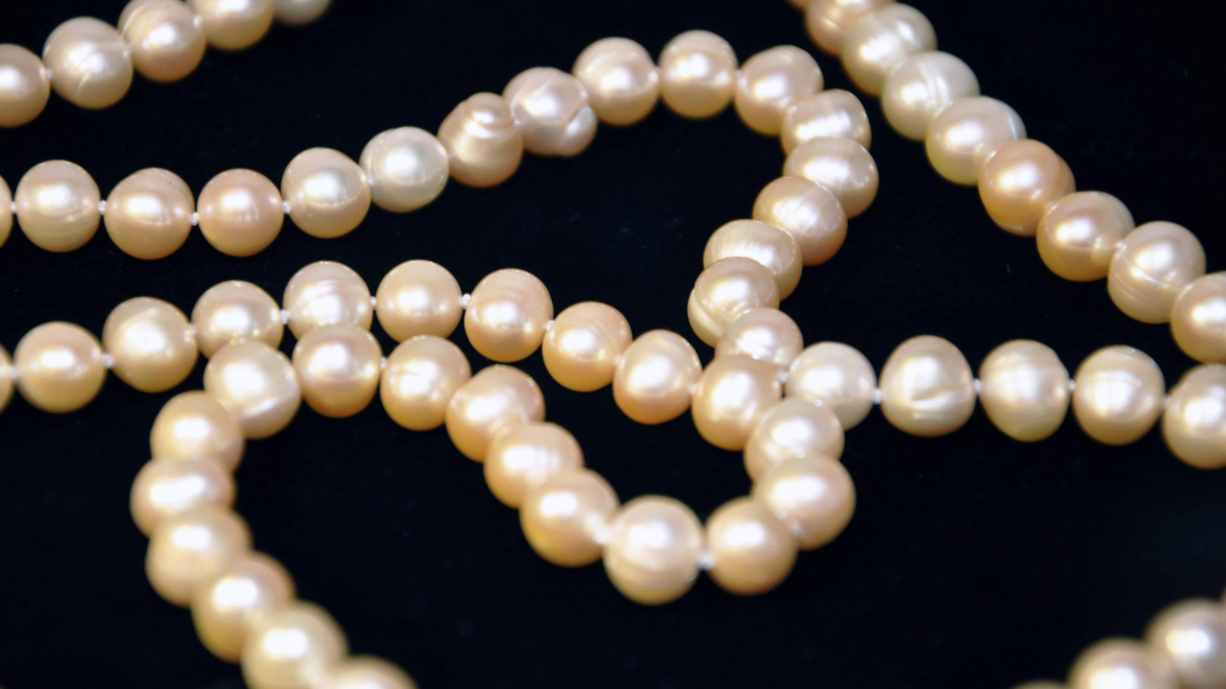Eine Perlenkette können Sie auch selber machen.