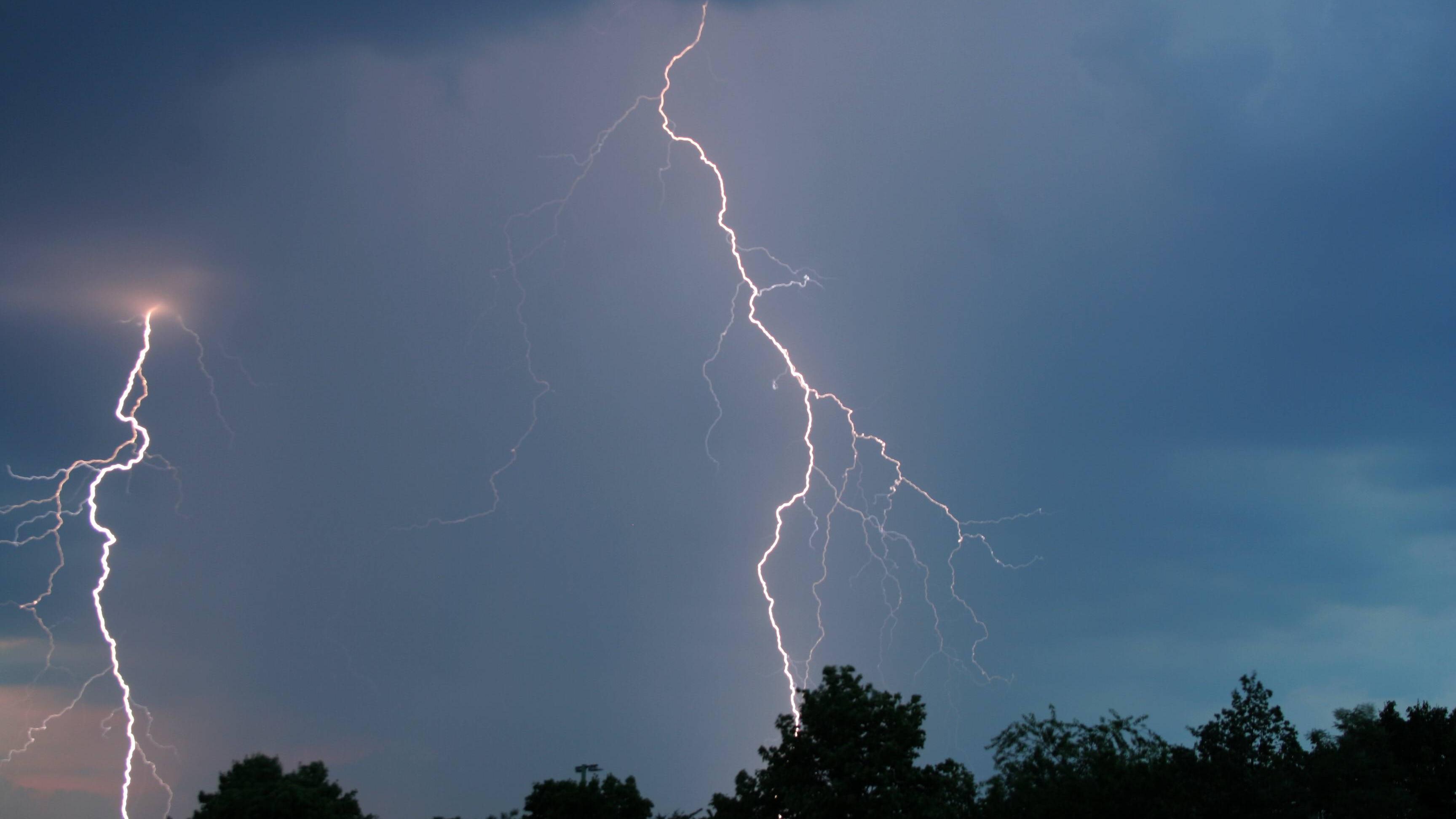Mit den richtigen Tipps können Sie Blitze gut fotografieren.