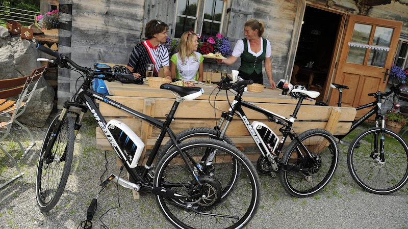 Für das E-Bike einer Fahrradtour sollten Sie bedenken, dass der Akku regelmäßig aufgeladen werden muss.