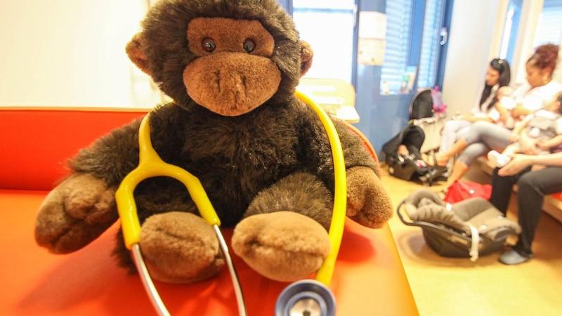 Egal wie schnell Fieberzäpfchen wirken, ein krankes Kind gehört zum Kinderarzt.
