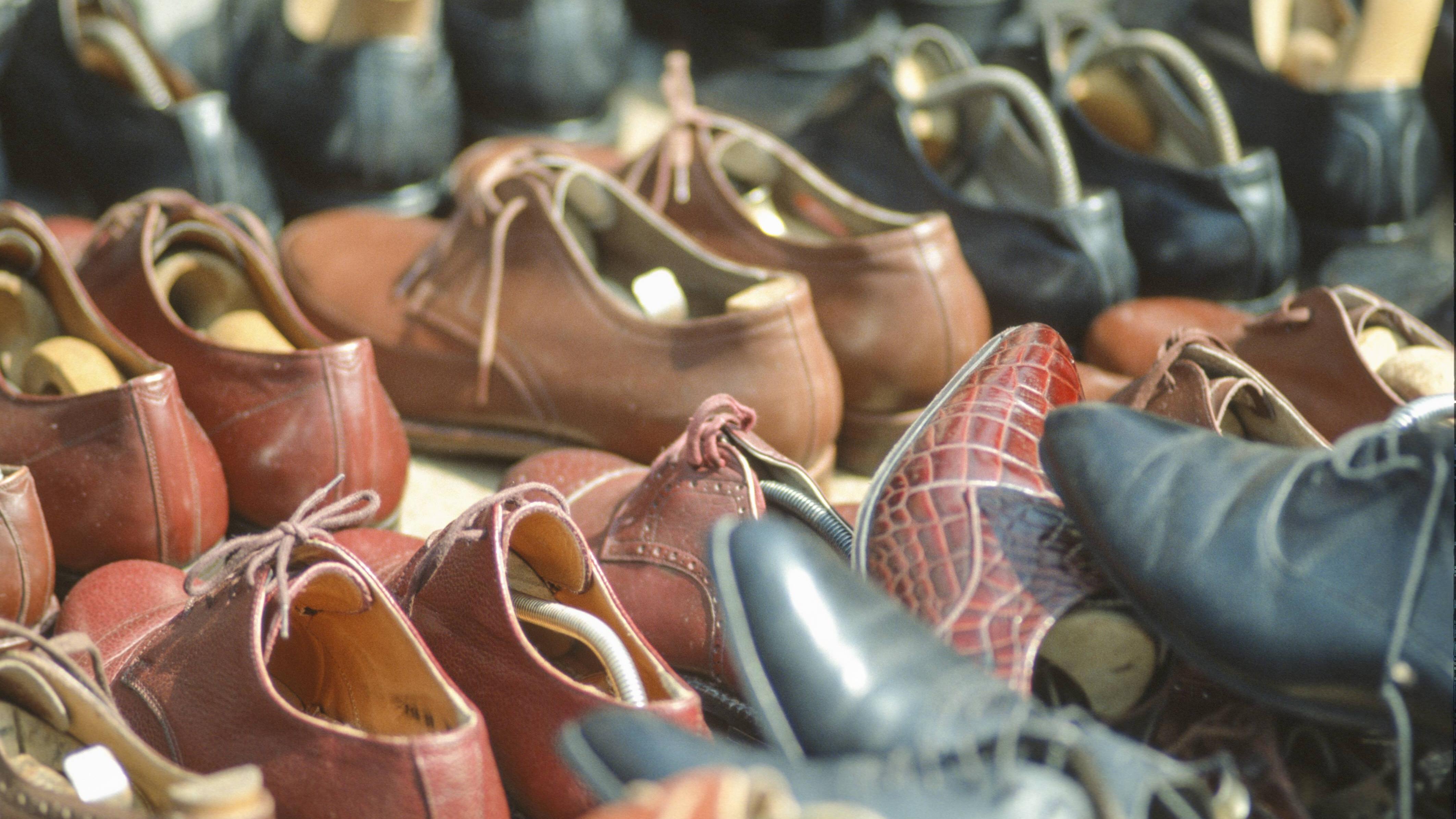 Schweißgeruch können Sie mithilfe von verschiedenen Hausmitteln aus den Schuhen entfernen.